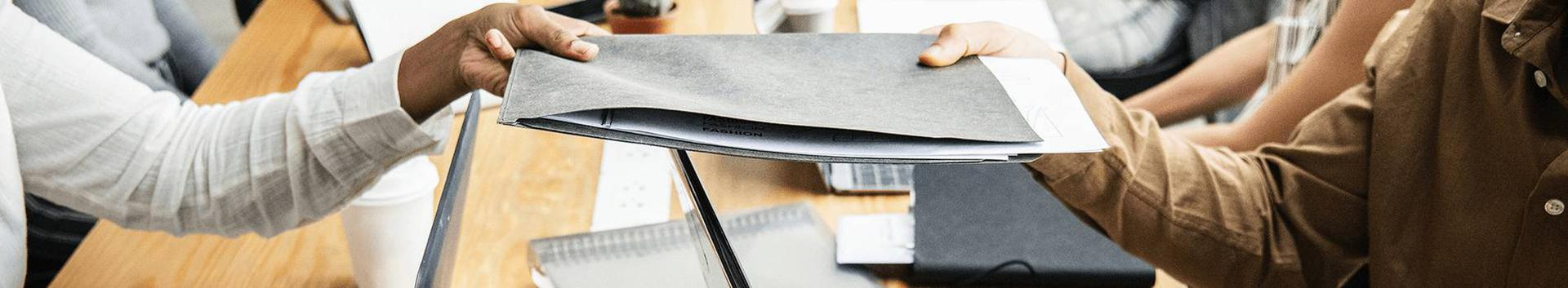 paber, papp ja nendest valmistatud tooted, köitematerjal, fotod, kirjatarbed, majapidamis- ja kantseleiliimid, kunstnikutarbed, pintslid, kirjutusmasinad ja kantseleitarbed (v.a mööbel), õppematerjal ja näitvahendid (v.a aparaadid)