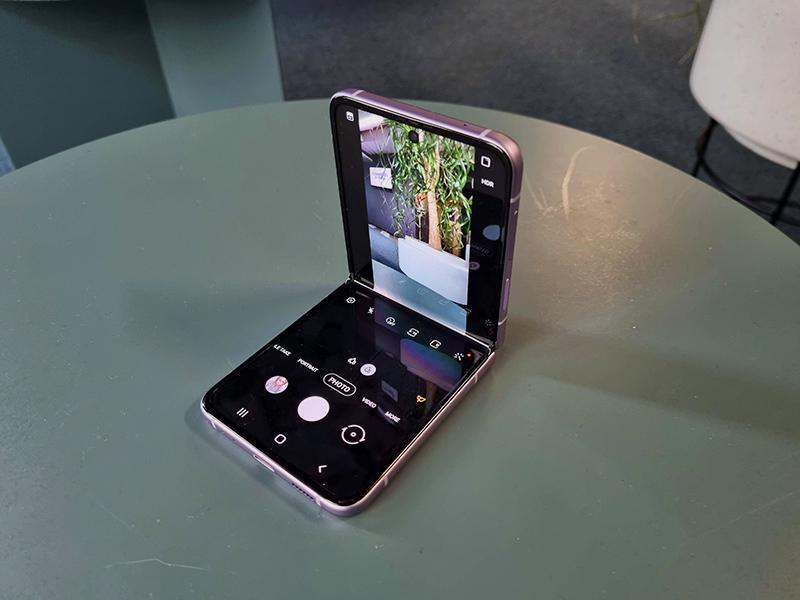 Üks kuu Samsung Z Flip3 volditava telefoniga